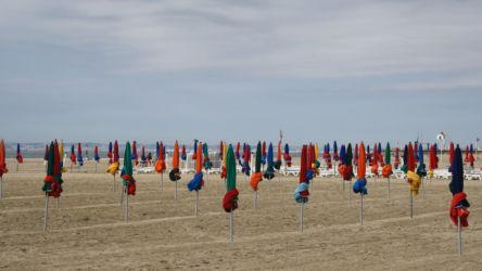 parasols de couleur plage deauville